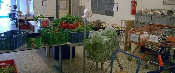 Aangevoerde kratten met verse groenten bij de Voedselbank Midden Twente.