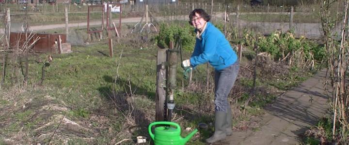 De gemeente Hengelo heeft vier handpompen geslagen voor algemeen gebruik.