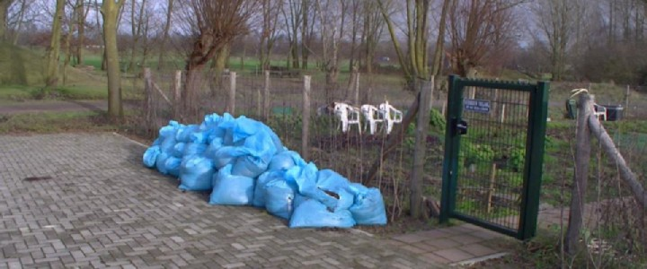 Onraad en inbraak - in maart 2016 naast de ingang van de moestuin dumping van zakken met afval van een hennepplantage.
