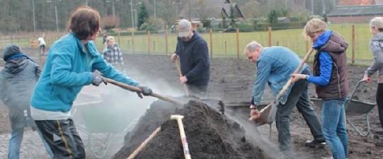 Gezamenlijk compost aanvoeren (© André Wonink)